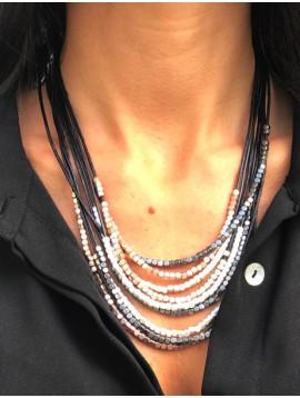 Collier - Perles carrées métalliques sur cordons.