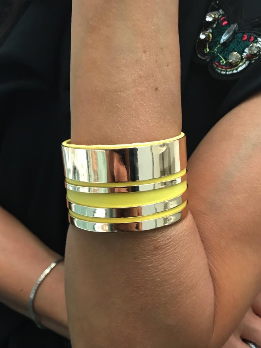Bracelet - Manchette large métal et fond style cuir.