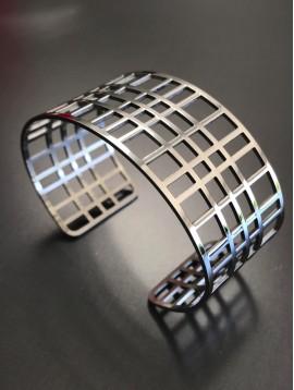 Bracelet Acier - Manchette quadrillée.