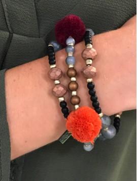 Bracelet - Multirangs avec pompons et perles à facettes.
