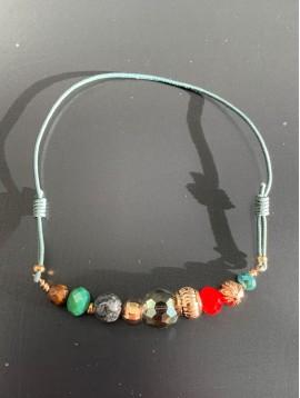 Bracelet - Perles diverses à facettes et colorées.