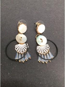Boucles d'oreilles - Anneau avec bouton style nacre et perles pendantes.