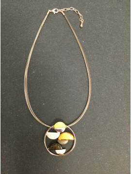 Collier - Anneau avec demi cerles en résine et métal colorés.