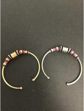 Bracelet - Jonc ouvert avec perles diverses.