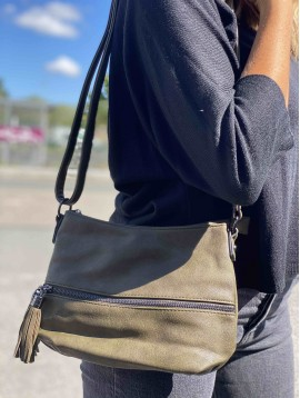 Sac porté travers moyen bicolore poche devant avec pompons zip