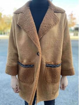 Manteau façon peau retournée et galon fantaisie à la poche