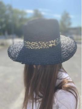 Chapeau forme panama effiloché sur le bord et ruban leopard